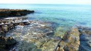 Zona de rocas al pie de los varaderos en Es Valencians en Formentera