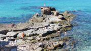 Bañistas en la zona rocosa