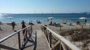 Uno de los accesos de madera hacia la playa
