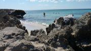 Zona pequeña de arena entre rocas