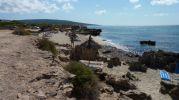 Vista de la playa con sombrillas y tumbonas
