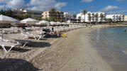 Tramo de playa turística con los hoteles cercanos a la playa