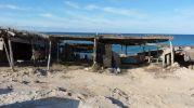 Tres varaderos y el mar al fondo cerca de El Caló de Sant Agustí