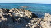 Primer plano rampa de varadero y fondo marino arenoso