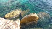 Agua azul cristalina fondo rocoso y arenoso en racó des moro