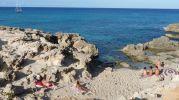 Varios bañistas tomando el sol en Racó de s'Anfossol