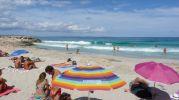 Varias sombrillas en la playa de Sa Roqueta
