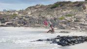Bañista en la orilla de la playa