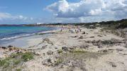 Playa de ses canyes y al fondo Es Pujols