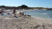 Niños haciendo castillos de arena en la orilla