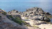El sendero sigue por la zona de rocas de la izquierda del Caló d'es Mort