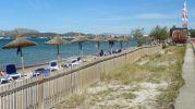 valla de madera que rodea la playa