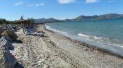 rocas colocadas a proposito que rodean casi toda la playa