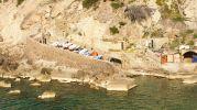 botes y barcas en el camino