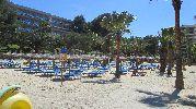 contenedor de basura y tablón de normas en la playa