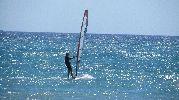 turista haciendo windsurf