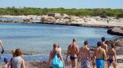 Bañistas dirigiéndose hacia otras playas en Es Peregons Petits