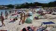 preciosa playa con bastante gente en ella