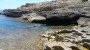pequeña cueva hecha por las olas