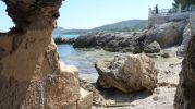 playa muy pequeña y rocosa