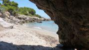 playa desde la sombra de una roca