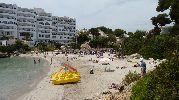 playa con muchas personas