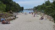 playa bastante larga y estrecha