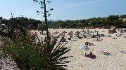 playa bastante grande y con mucha arena