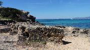 gran roca en medio de la playa