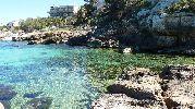 playa bastante apartada con el agua muy clara