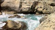 aguas peligrosas por estar tan cerca de las rocas