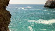 agua color turquesa y parece bastante profunda