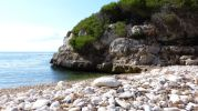 cueva cerca de la playa