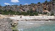 playa muy rocosa y casi sin arena