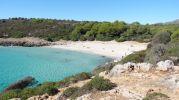 gran playa con aguas cristalinas