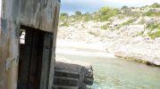 playa pequeña y sin arena