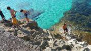 chicos saliendo de el agua