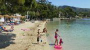 playa con sombrillas y hamacas