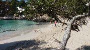 tres personas paseando por la playa