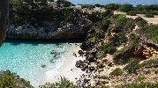 playa considerablemente pequeña
