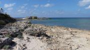 playa bastante rocosa