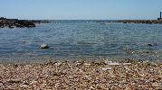 playa con muchísimas piedras pequeñas