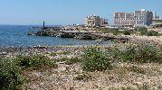 hoteles y un faro al lado de la playa