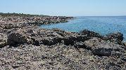playa sin arena, solo hay rocas en la orilla