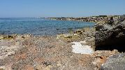 playa muy rocosa con casi nada de arena