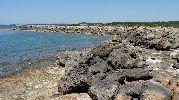 muchas rocas grandes en la orilla