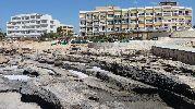 playa muy rocosa cerca de la orilla
