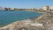 playa grande, rocosa y sin arena