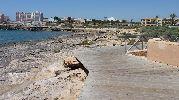 paseo de madera que cruza la playa