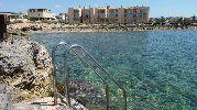 escalera de piscina para entrar al agua